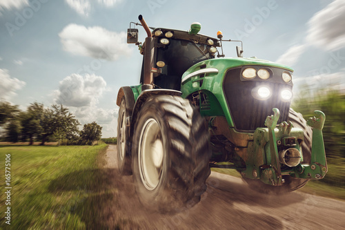 canvas print picture Traktor in voller Fahrt