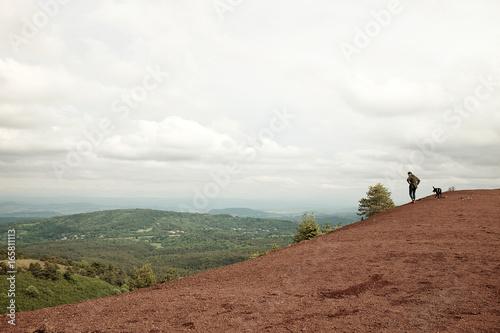 Jeune homme et son chien sur un volcan d'Auvergne