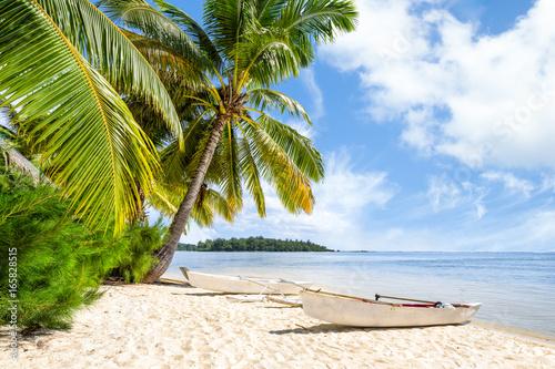 Strandurlaub am Meer mit Palmen und weißem Sandstrand