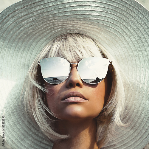 Beautiful lady in hat and sunglasses - 165832390