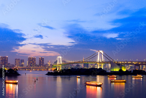 Tuinposter Tokio sunset twilight of tokyo skyline, with cityscape and Rainbow Bridge at Odaiba Seaside Park, Odiaba, Tokyo, Japan