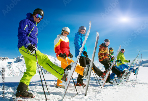Leinwandbild Motiv Gruppe Skifahrer in der Reihe