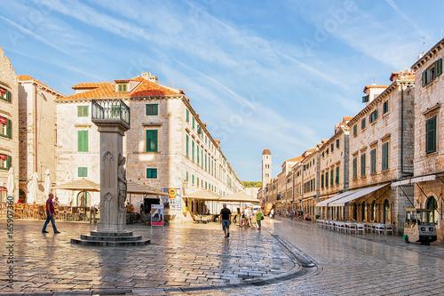Fototapeta Orlando Column on Stradun Street and people Old city Dubrovnik