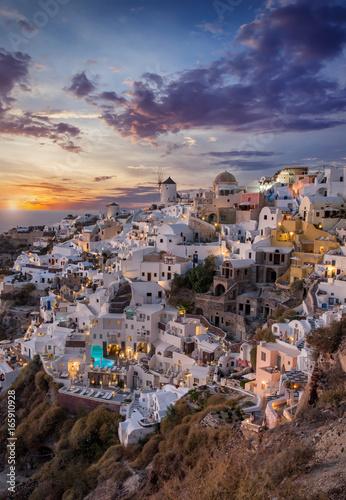 Sonnenuntergang über dem Dorf Oia in Santorini, Griechenland