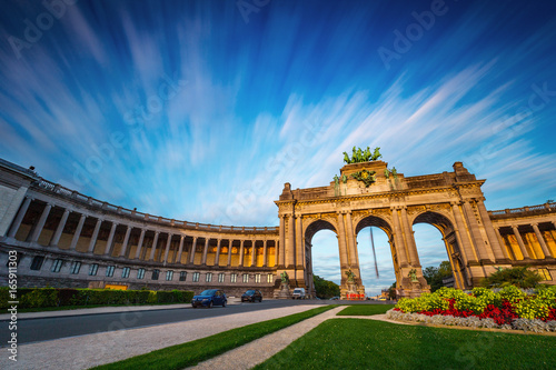 Foto op Aluminium Brussel Dramatic view of the Triumphal Arch in Park Cinquantenaire in Brussels during sunset