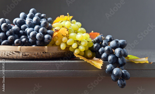 Blue and white grapes - 165954532