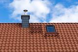 Dach mit Dachziegeln, Schornstein und Dachfenster - 165962316