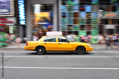 Deurstickers New York TAXI Panning shot of a taxicab at Times Square in New York, USA.