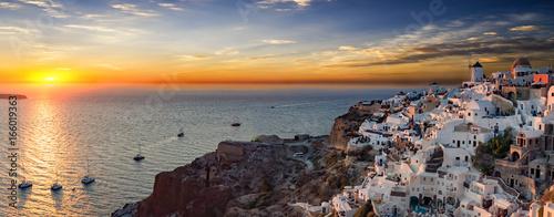 Panorama von Oia in Santorini bei Sonnenuntergang