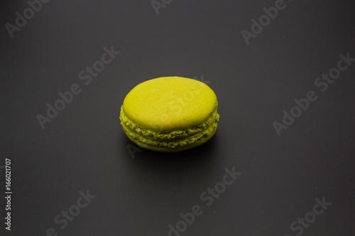 Macarons tricolore sur fond noir