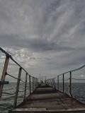 w morzu stoi stary most