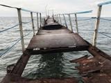 stary zniszczony zardzewiały most w morzu