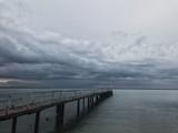Długi metalowy most w morzu