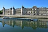Péniche sur la Seine devant la Conciergerie à Paris, France - 166100936
