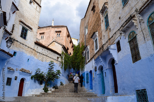 Spoed canvasdoek 2cm dik Marokko Stairs leading into the blue-painted streets of the Chefchaouen Medina, Morocco