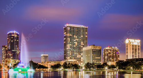 Foto Murales Nighttime cityscape of Lake Eola in downtown Orlando, Florida.