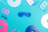 Muzyka płaskich przedmiotów świeckich z winylu i kaset kasetowych na niebieskim tle