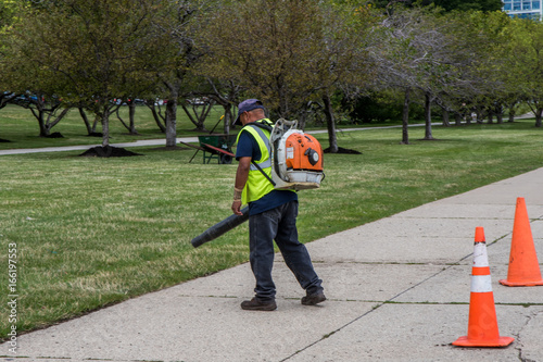 Poster Chicago Mann mit Laubbläser reinigt Park