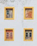 Lizbona stara ściana z żółtymi oknami