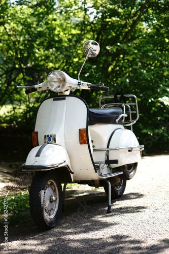 Kleinkraftrad Roller / Die Vorderansicht und Seitenansicht auf ein altes nostalgisches Kleinkraftrad, Roller.