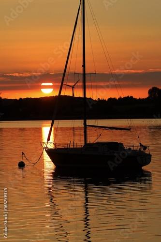 Segelboot im goldenen Abendlicht