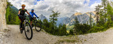 Kolarstwo górskie para z rowerów na torze, Cortina d'Ampezzo, Dolomity, Włochy