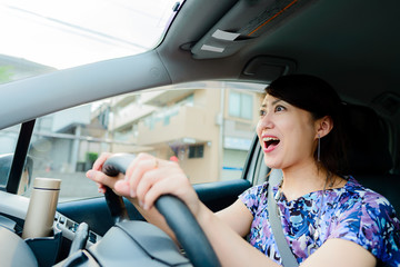 車の運転をしている女性