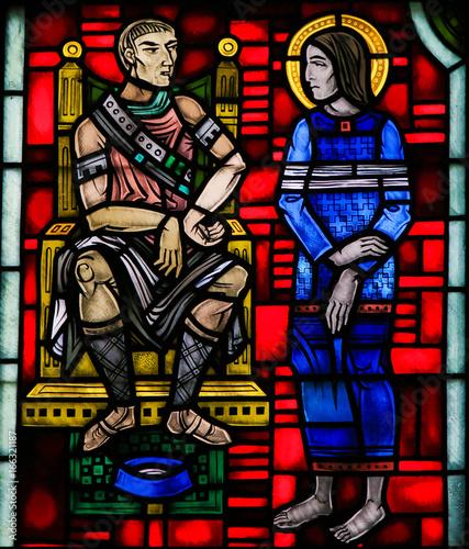 witraz-w-worms-jezus-przyniosl-przed-poncjuszem-pilatem