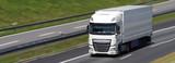 Lastwagen auf der Autobahn - 166326134
