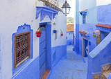 Ulica i budynek w Chefchaouen, niebieskim mieście w Maroku. Stare tradycyjne miasto. Koncepcja miejsca docelowego podróży. Dekoracje i detale architektoniczne.