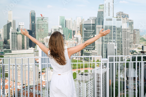 Poster Pretty girl at rooftop of high-rise building in Singapore