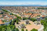 Pejzaż z Mediolanu - widok z lotu ptaka z wieży Branca (Torre Branca) na Placu Sempione (Piazza Sempione), z Łukiem Pokoju (Arco della Pace), Mediolanie