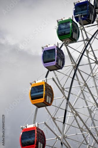 Plakat Riesenrad mit bunten Kabinen in Astana