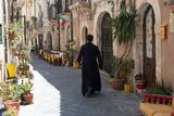 Pfarrer in einer Gasse von Ortigia - 166450364