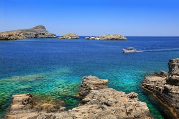 Malowniczy krajobraz zatoki wyspy Rodos i statku pasażerskiego.