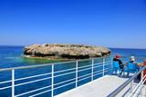 Fototapeta Do akwarium - Piękny widok z pokładu statku pasażerskiego na wyspę na morzu Śródziemnym. © blachowicz102