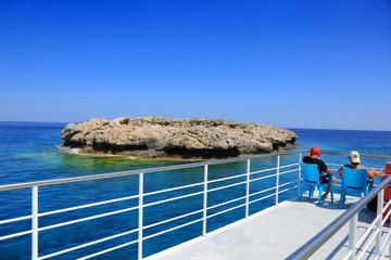 Piękny widok z pokładu statku pasażerskiego na wyspę na morzu Śródziemnym.