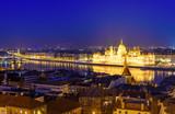 Piękna nocna panorama Budapesztu. Parlament i promenada Dunaju przy oświetlaniu nocy, Budapeszt, Węgry