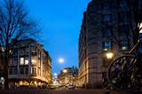 Piękny mały, tradycyjny dom w Amsterdamie w nocy