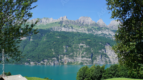 In de dag Bergen Die Bergkette Churfirsten/Die Bergkette Churfirsten in der Schweiz und ein Teil des Walensees, steile Felsen und türkisfarbiges Wasser
