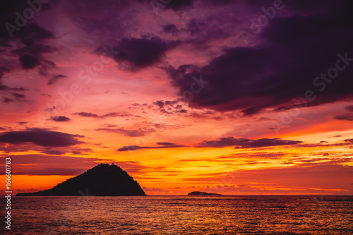 Papiers peints Grenat Colorful sunset and ocean in tropics