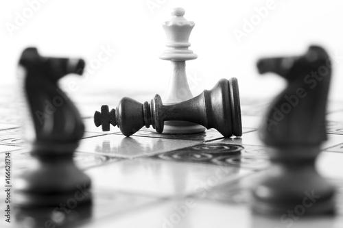 Plakat Scacchi fotografati su una scacchiera