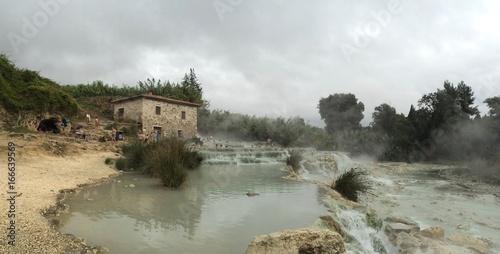 Staande foto Beige Le suggestive cascate del mulino in Maremma, Toscana