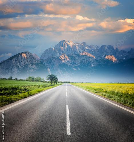droga-przez-krajobraz-wsi-do-gory