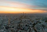 Aerial widzenia Paryża i Wieży Eiffla o zachodzie słońca w Paryżu, we Francji.