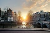 Rowery wyłożone mostem nad kanałami Amsterdam, Holandia. Rower jest główną formą transportu w Amsterdamie, w Holandii.