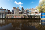 Amsterdam ulicy tradycyjnych starodawnych holenderski kolorowe budynki i kwiat rynku na pojedynczym kanale w Amsterdamie, w Holandii.