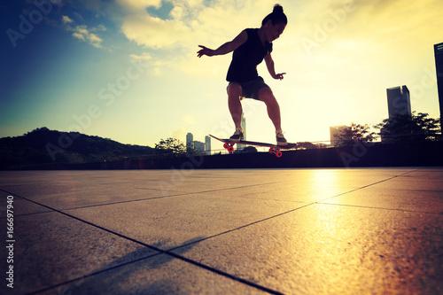 Foto op Aluminium Skateboard Woman practicing with skateboard at sunrise city
