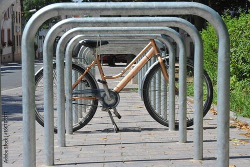 Foto op Aluminium Fiets Fahrradständer aus Edelstahl vor einem öffentlichen Gebäude