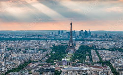 Eiffelturm mit Sonnenstrahlen im Hintergrund